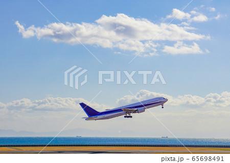 大空へと飛んでゆく飛行機 離陸直後 65698491