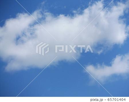 4月の青い空と白いr雲 65701404