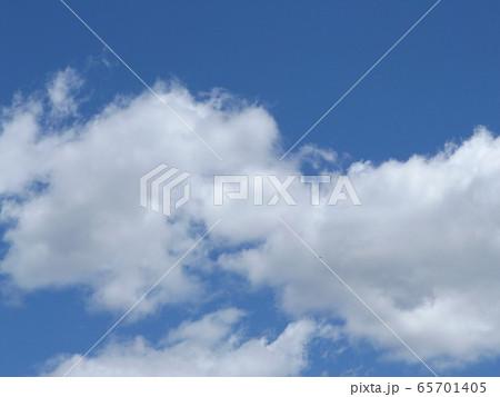 4月の青い空と白いr雲 65701405
