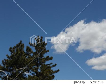 4月の青い空と白いr雲 65701407