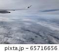 飛行機からの雲上空 65716656