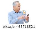 スマートフォンで「いいね」ボタンを押す男性 65718521