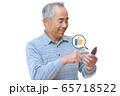 スマートフォンで「いいね」ボタンを押す男性 65718522