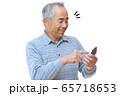 スマートフォンを操作する男性 65718653
