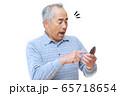 スマートフォンを操作する男性 65718654