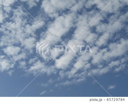 青空に波のような白い雲 65729784