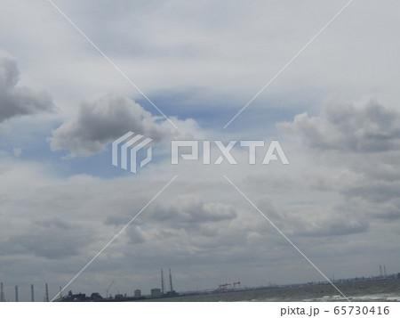 稲毛海岸上空の張り出してきた白い雲 65730416