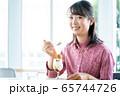 パフェ 食べる 若い 女性 カフェ 65744726