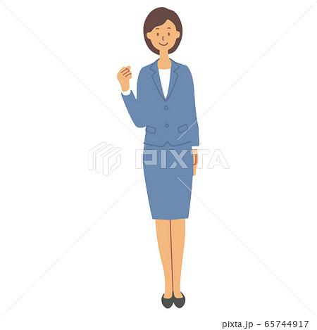 青いスーツを着てガッツポーズをする女性 65744917