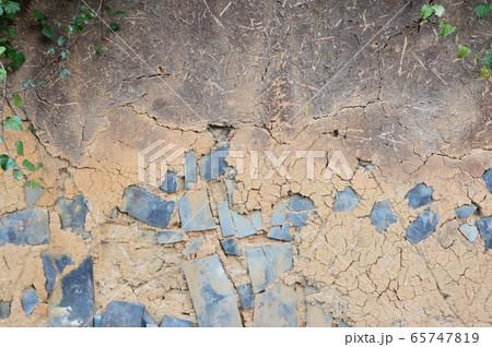 土壁に埋め込まれた瓦(杵築城 城下町/大分県杵築市杵築) 65747819