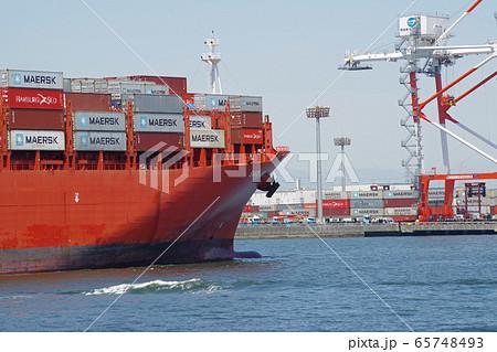 コンテナ埠頭に入港する貨物船の景色 65748493