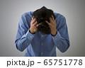 悩む男性 65751778