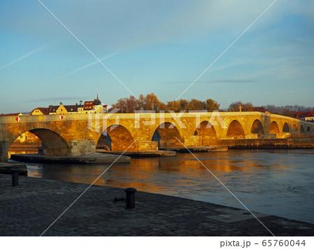 ドイツ レーゲンスブルク ドナウ川の橋 65760044