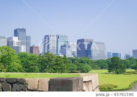 東京都千代田区千代田にある公園から見た東京の高層ビル群の景色 65761590