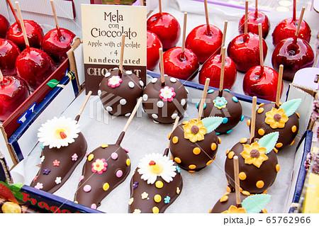 ベネチアの出店、おいしそうなチョコレート菓子とりんご飴 65762966