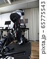 バーチャルサイクリングでトレーニングをする男性 ロードバイクイメージ 65775543