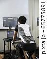 バーチャルサイクリングでトレーニングをする男性 ロードバイクイメージ 65775891