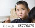 おうちでおやつを食べる小学生女の子 65776875