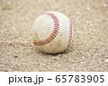 白い砂に置かれている野球のボール(硬式ボール) 65783905