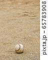 土の上に置かれている野球のボール(硬式ボール) 65783908
