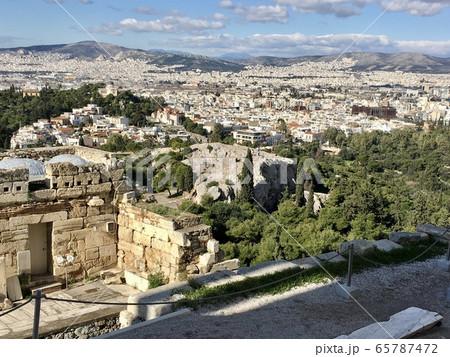 ギリシャ アクロポリスの丘から見たアテネ市街と遺跡 65787472