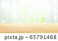 木目テーブルとボケのグリーンの背景 16:9 65791468