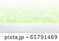 白木の木目テーブルとボケのグリーンの背景 16:9 65791469