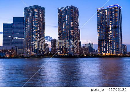 《東京都》光り輝くタワーマンション・中央区晴海ベイエリアの夜景 65796122
