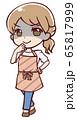 悪だくみをするアニメ調のエプロン姿の女性 65817999