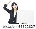 女性 ビジネス 白バック 65822827