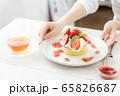 女性の手元 手作りパンケーキ 65826687