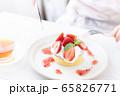 女性の手元 手作りパンケーキ 65826771