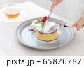 女性の手元 手作りパンケーキ 65826787