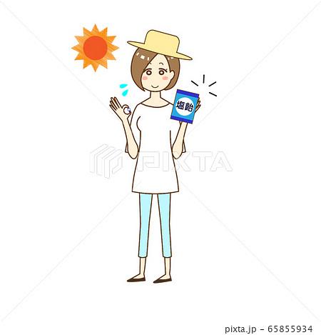 熱中症対策に塩分を摂る女性 65855934