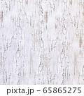 背景素材シリーズ---木の壁に白いペンキが塗ってあるが、経年劣化でひびが入り朽ち果てた素材 65865275