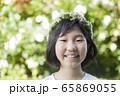シロツメクサの花冠を被った小学生女の子 65869055