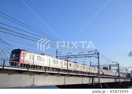 西日を浴びて中川の鉄橋を渡る京急1000形電車 65872045