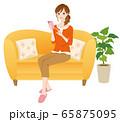 スマホを操作する女性 リラックス 65875095