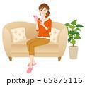 スマホを操作する女性 リラックス 65875116