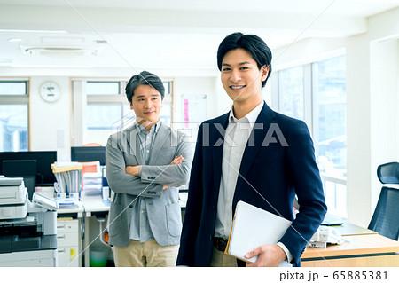 オフィス 男性 ビジネスマン カジュアル 65885381