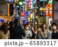 日本の横浜都市景観 横浜の夜・マスク姿。緊急事態宣言 きょう全面解除を表明=5月25日、横浜駅前 65893317