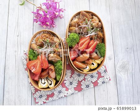 テーブルに並べられた彩り豊かな2つのお弁当 65899013