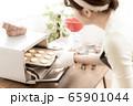 お菓子作り 女性 65901044