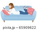 スマホを操作する女性 リラックス 65909622