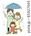 雨の日の3人家族 65927005