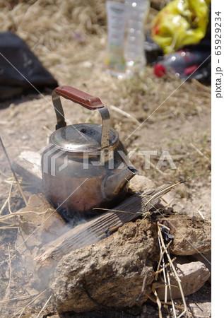 【ヨルダン】ジェラシュ、野原にでやかんを使って紅茶を沸かしているところ 65929234