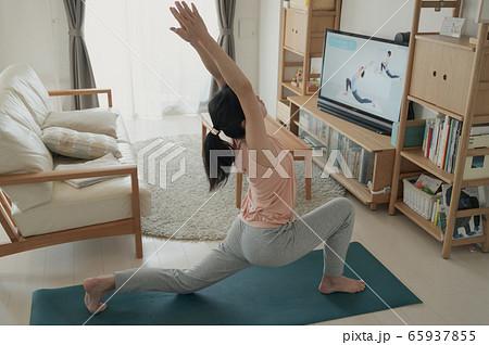 家で動画を見ながらヨガをする女性 おうちヨガ 家でヨガをする女性  65937855