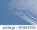 青空の下、編隊飛行をする6機の戦闘機 65943303