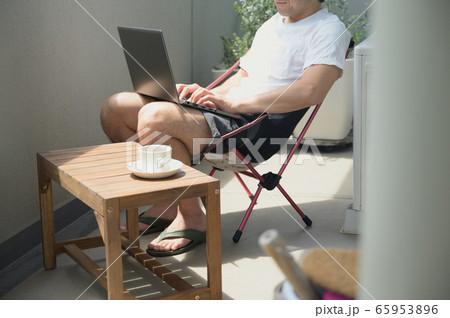 ベランダでテレワークをする男性 リモートワーク 屋外 パソコン 65953896