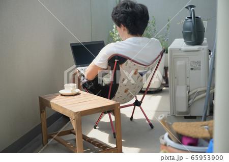 ベランダでテレワークをする男性 リモートワーク 屋外 パソコン 65953900